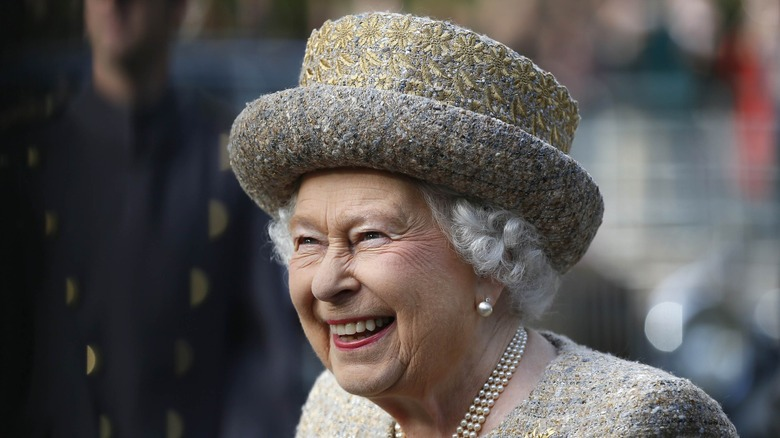 The weird thing Queen Elizabeth does with her shoes