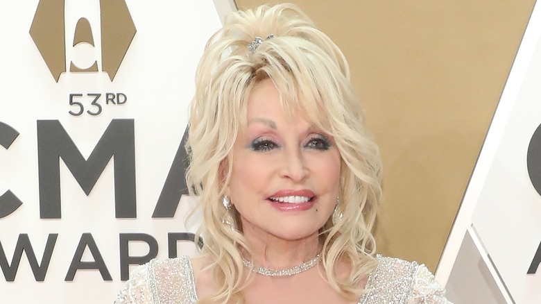 Dolly Parton at the CMAs in 2019