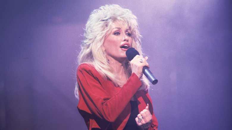Dolly Parton performing on the Oprah Winfrey show in 1991