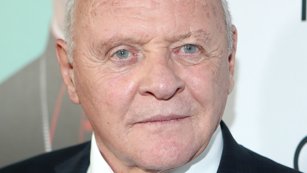 Anthony Hopkins poses on the red carpet
